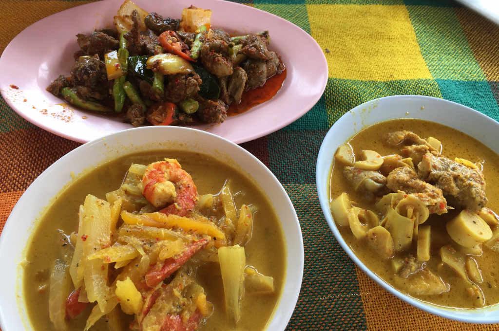 たけのこのイエローカレー、ごぼうと海老のスープ、鳥のハツと黒胡椒の炒め