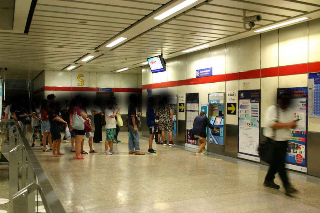 バンコクの地下鉄MRTの券売機に並ぶ人たち