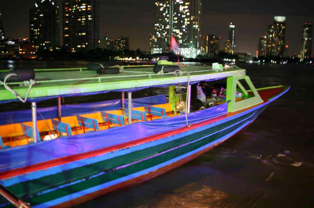 バンコクチャオプラヤ川木造船