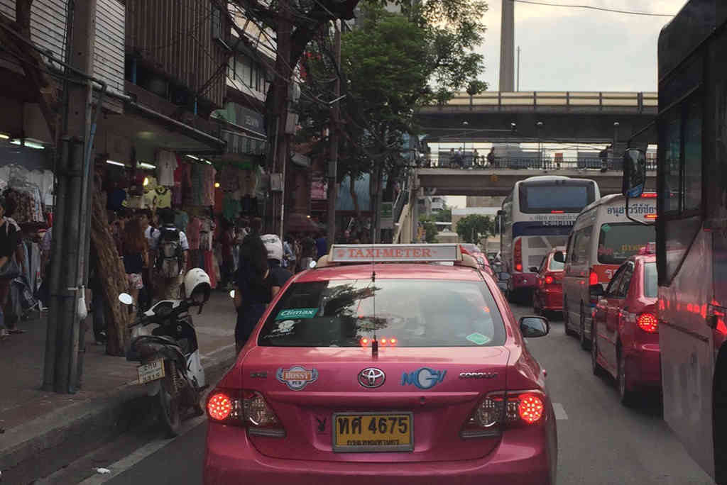 バンコクで渋滞にはまるタクシー