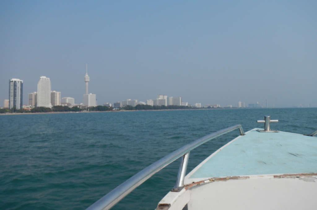 パタヤ沖から見る街並み