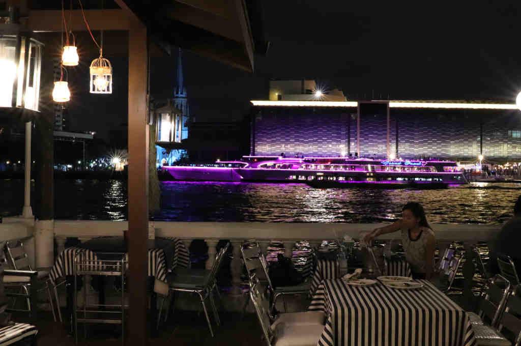 バンコクチャオプラヤ川沿いにあるヨックヨーレストランから見える夜景