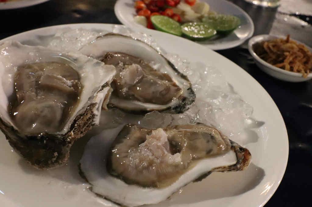 バンコクチャオプラヤ川沿いにあるヨックヨーレストランの生牡蠣