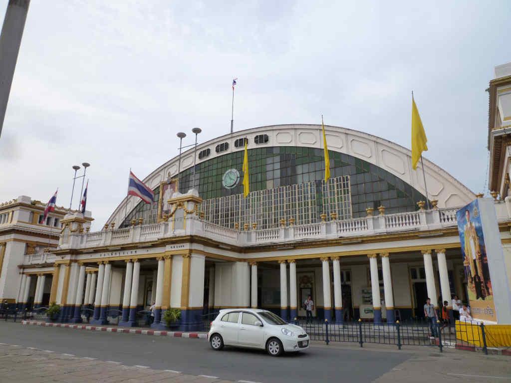 タイ国鉄のバンコク駅、ホアラーンポーン駅の隣に建つ