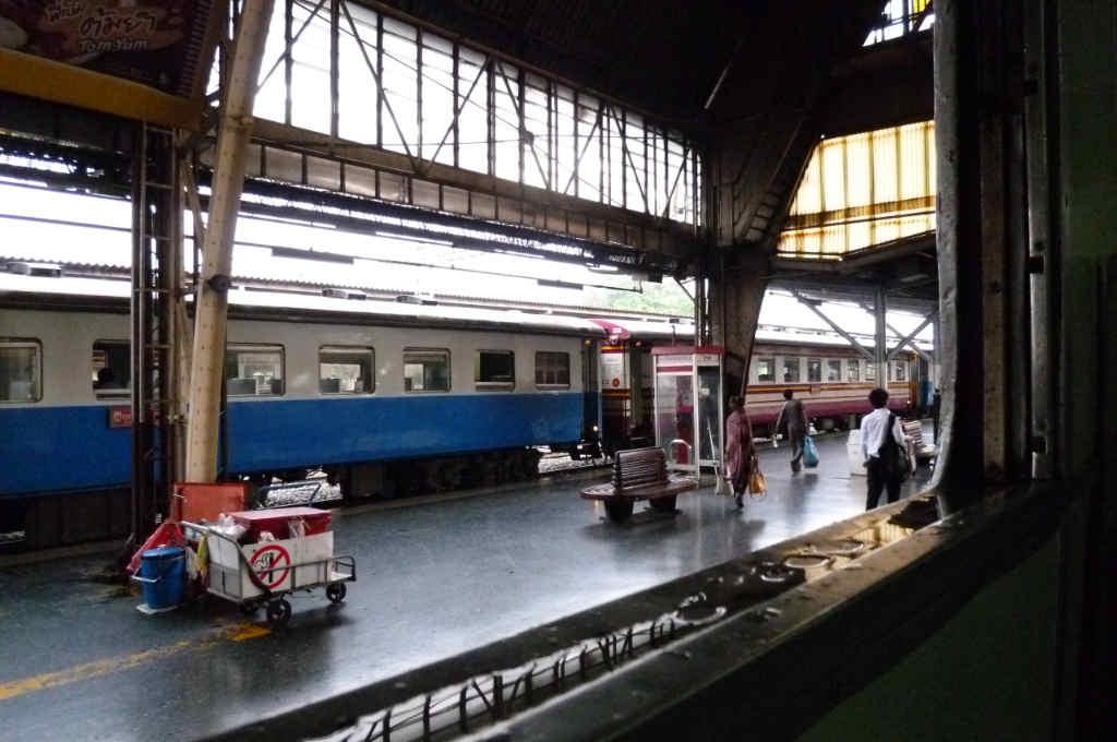 発車を待つタイ国鉄の快速列車