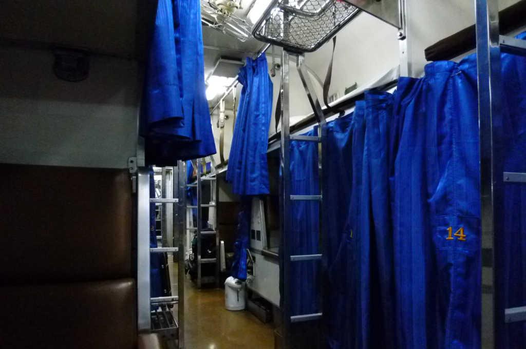 タイ国鉄の寝台特急車内