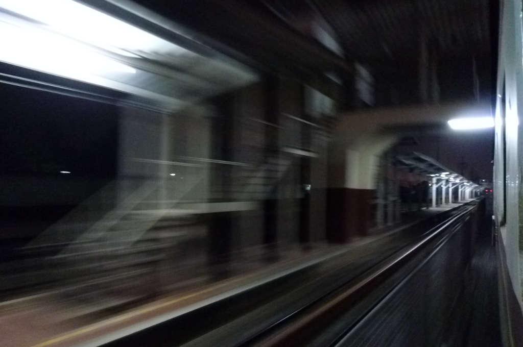 駅を通過するタイ国鉄の寝台急行
