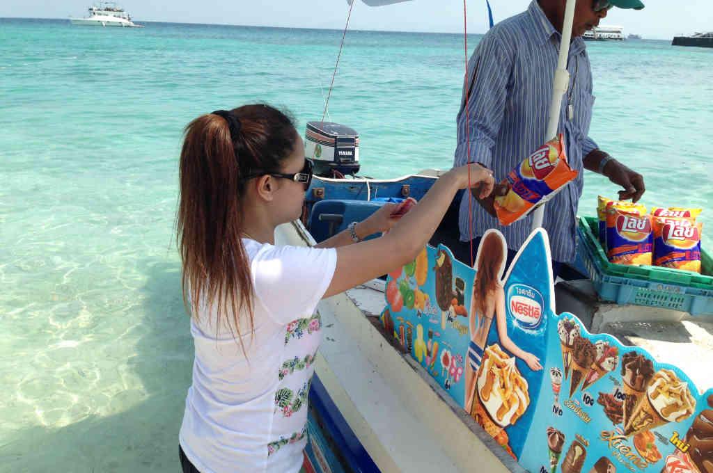タイの離島に来たアイス売りのボート
