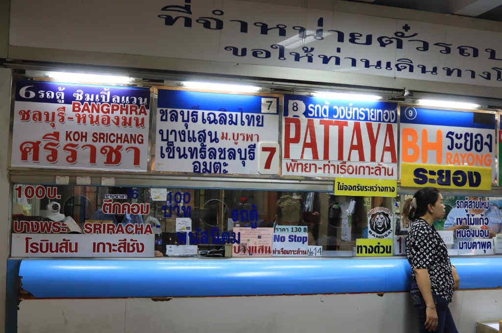 タイ、バンコクにあるエカマイバスターミナルの、パタヤ行きハイエースチケット売り場
