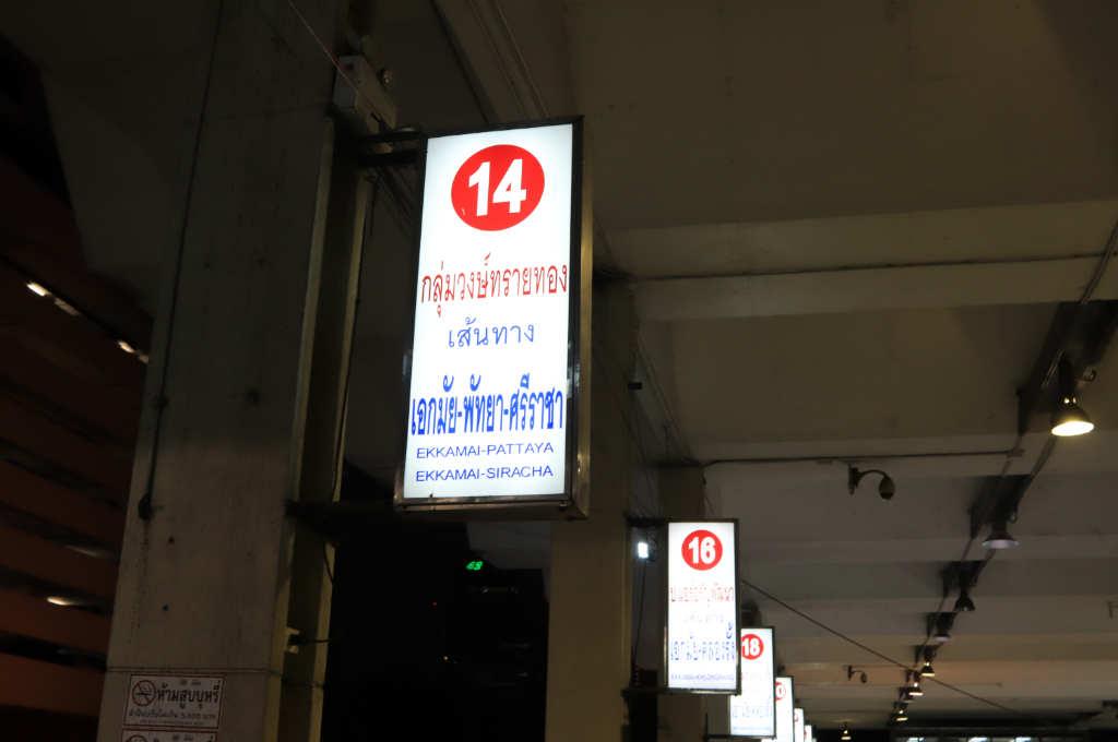 タイ、バンコクにあるエカマイバスターミナルの、パタヤ行きハイエース乗り場