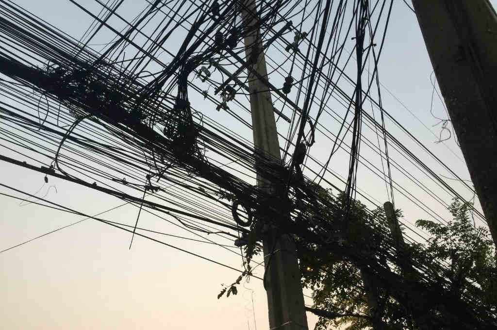バンコクの絡まった電線