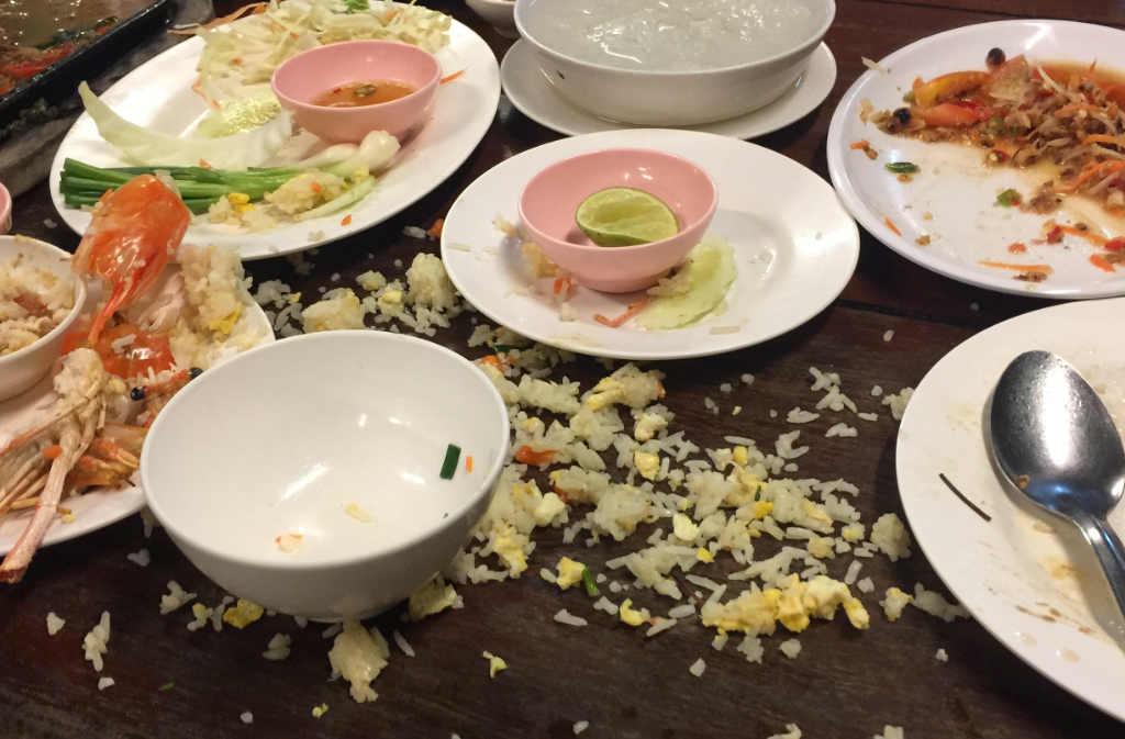 タイのレストランで食べこぼしのテーブル