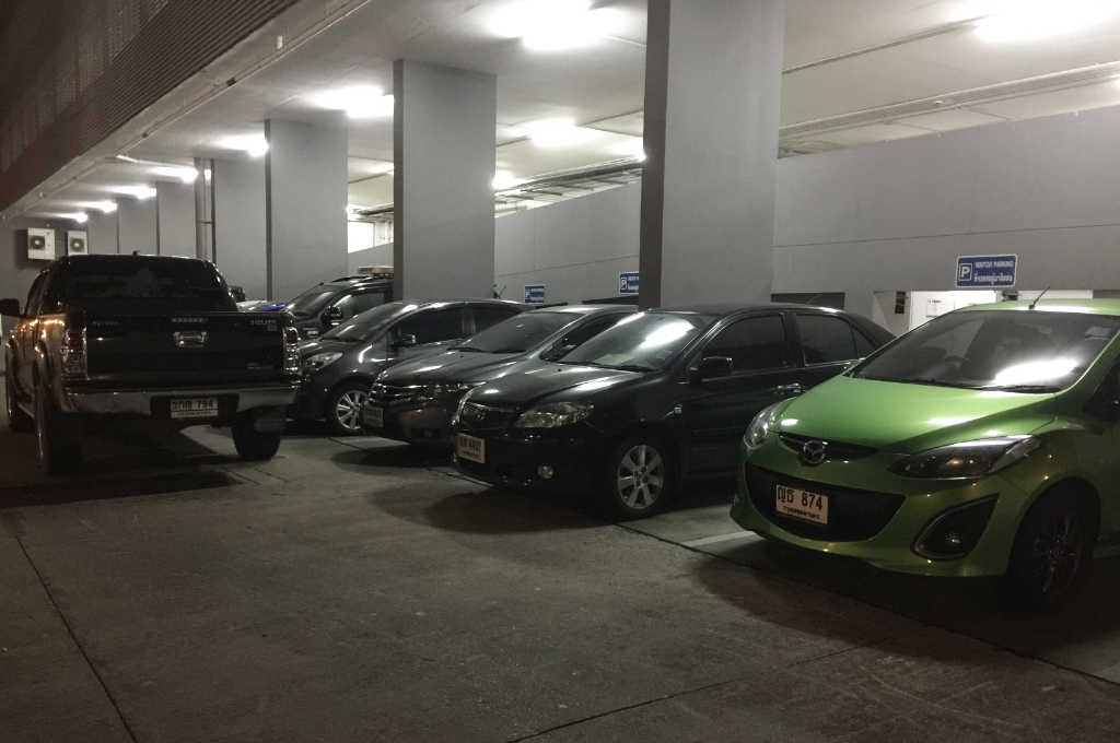 バンコクのコンドミニアムの駐車場