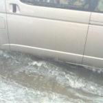 バンコクで洪水の中を走るハイエース