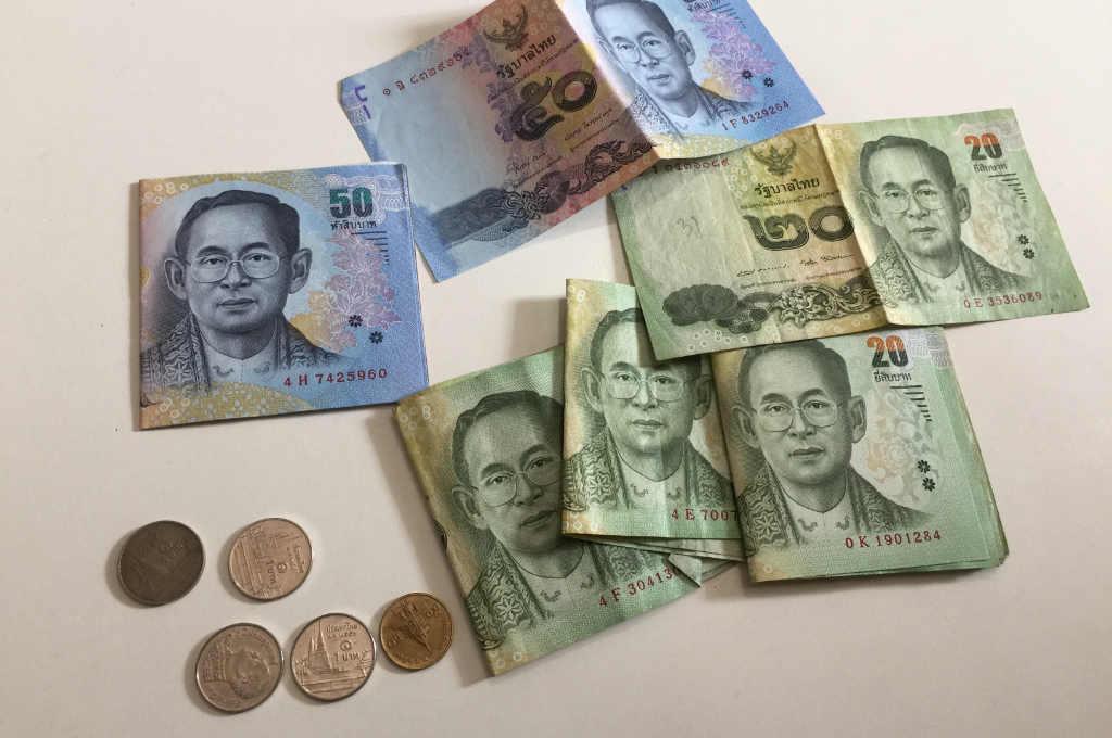タイバーツ紙幣とコイン