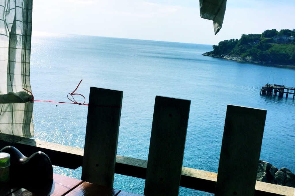 タイのプーケットの海が見えるバー