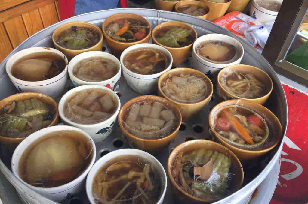 パタヤのカオマンガイ店のスープ