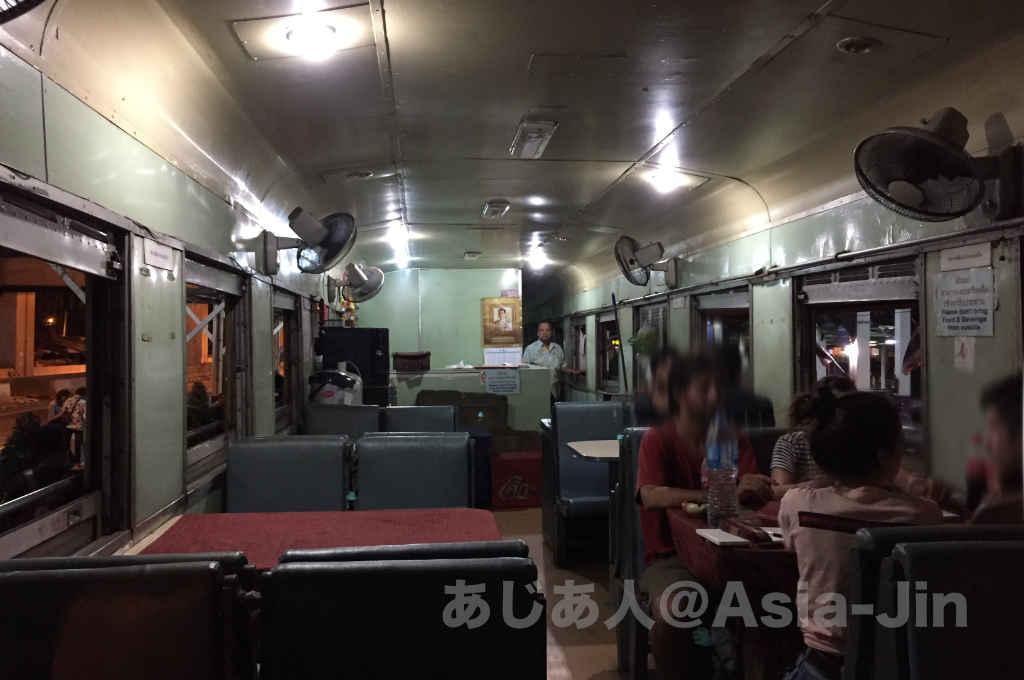 タイ国鉄チェンマイ行きの寝台急行の食堂車
