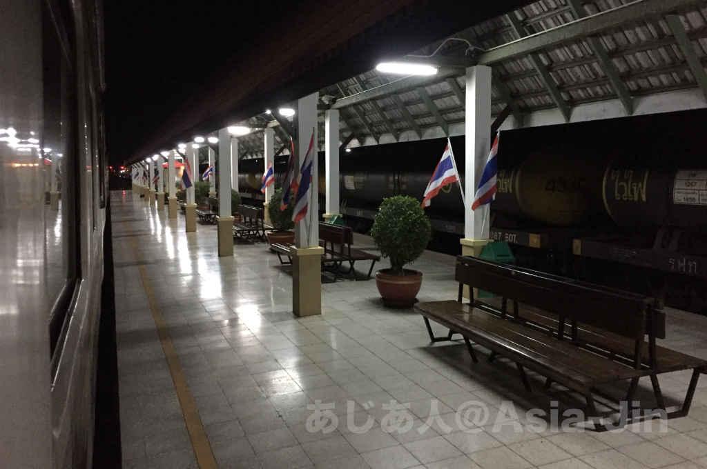 タイ国鉄チェンマイ行きの寝台急行