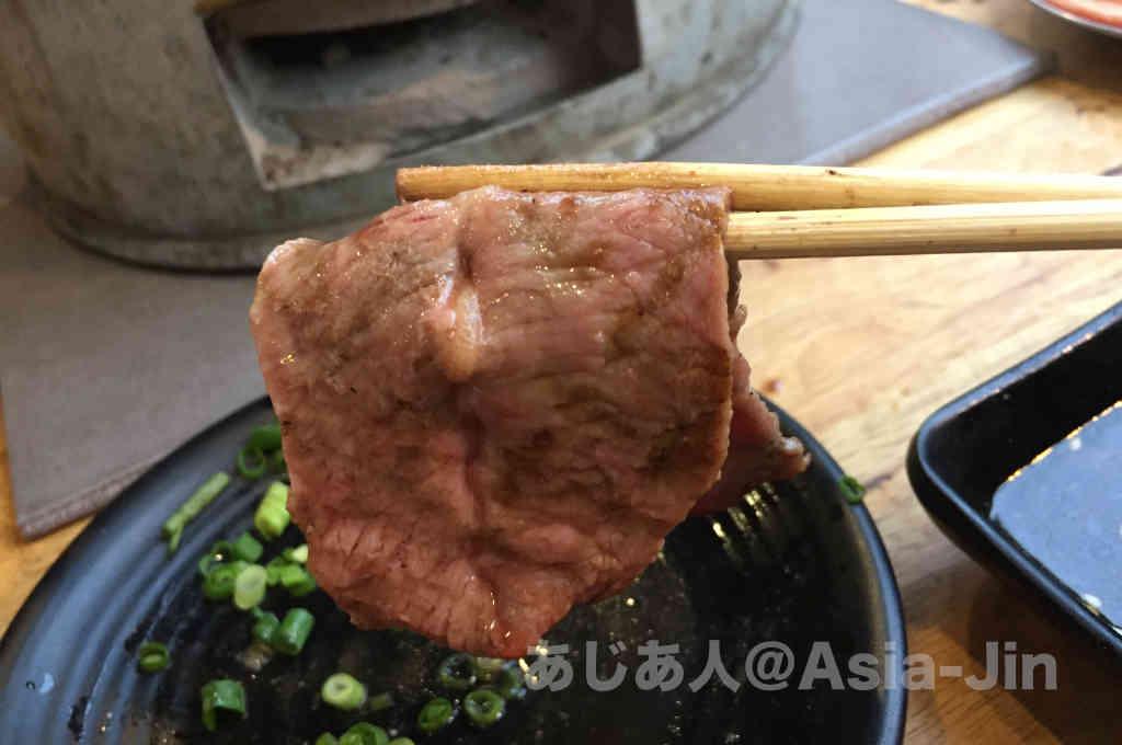 タイの牛肉は、別名「ビーチサンダル」。 これは、硬くて噛み切れない、食べられない肉を例えて名付けました。 庶民的な店で牛肉をオーダーすると、大抵ビーチサンダルが出されます(笑)