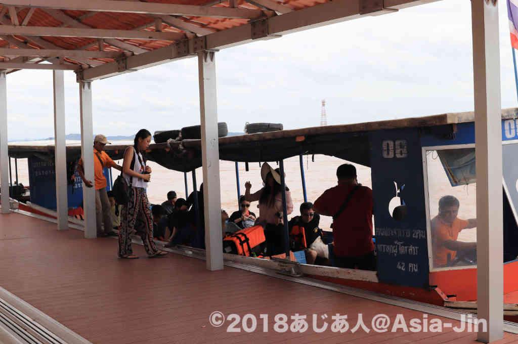 ゴールデントライアングルのボートツアーでラオス領へ