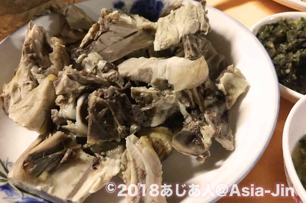 ラオスの食堂でカオソイを食べる