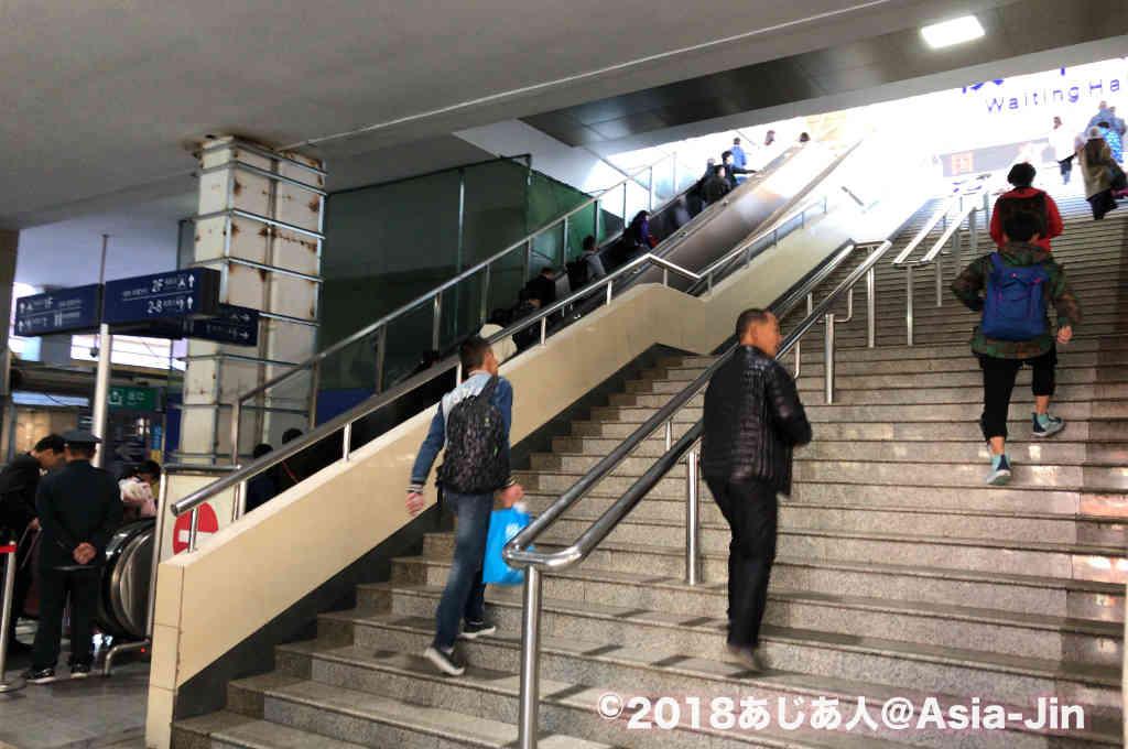 昆明駅で乗車口に続く階段