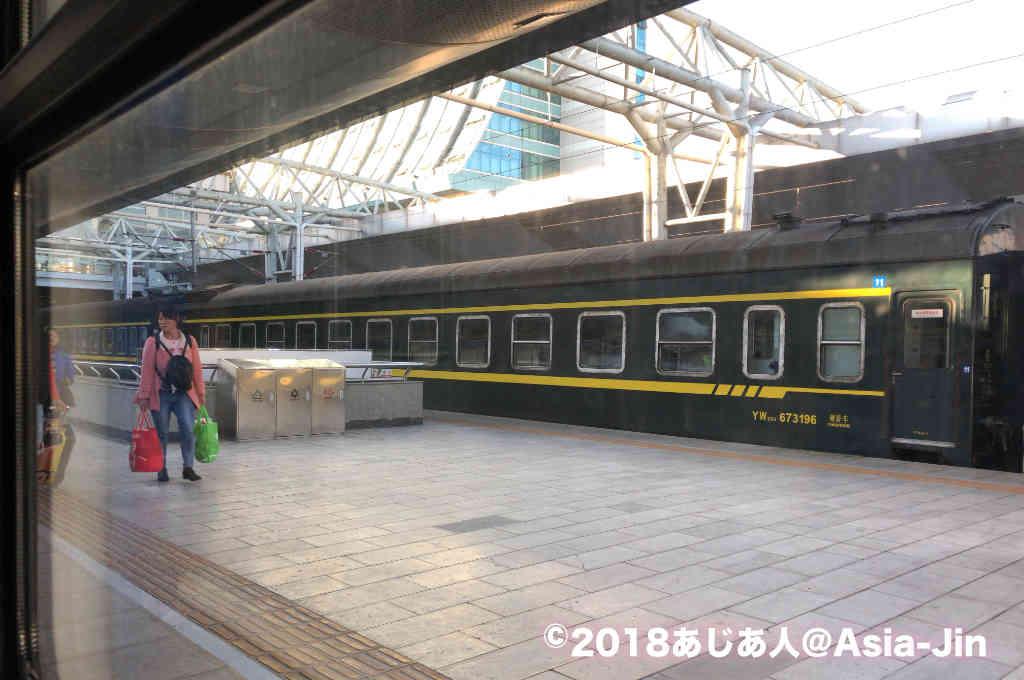 昆明駅で発車を待つ寝台列車