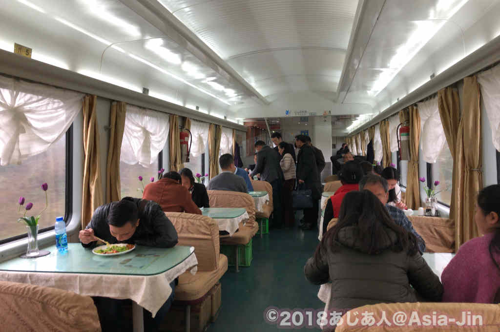 成都行き列車の食堂車