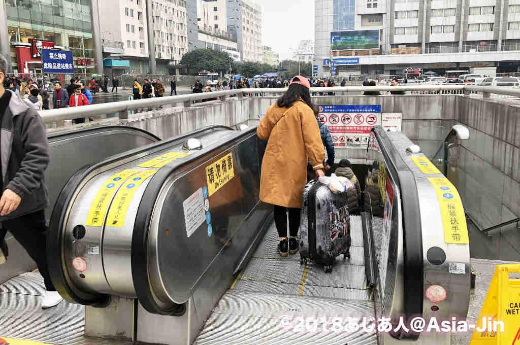 エスカレーターつきの成都地下鉄駅