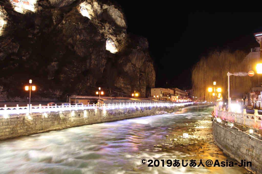 康定、川のある夜景